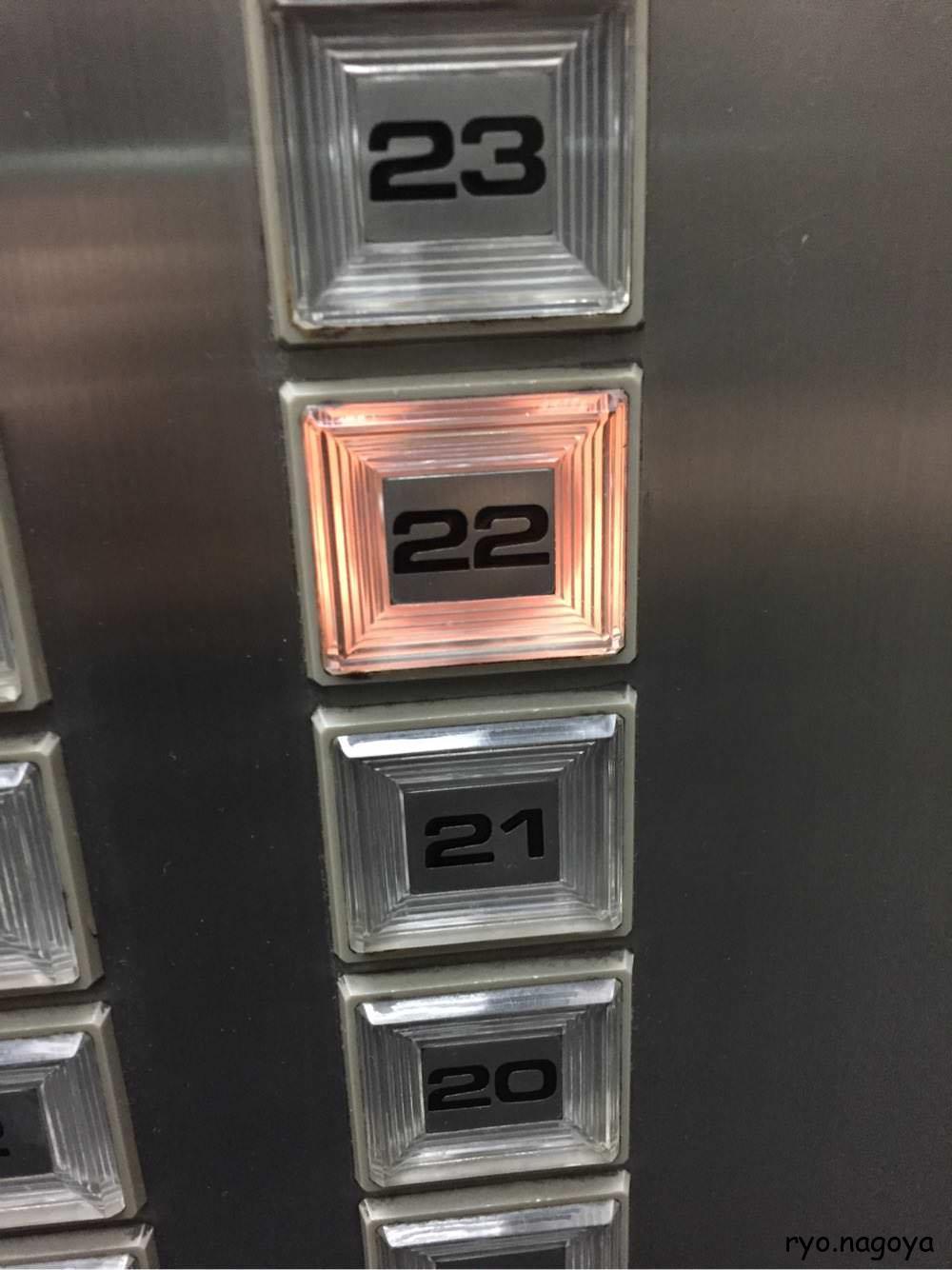 エレベーターで、22回に行く、階段では無理っぽいです。(階段使えても疲れるのでいいです)